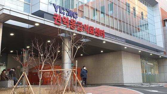 신종 코로나바이러스 감염증(코로나19) 확진자가 나오면서 지난 19일 오후 폐쇄된 영남대 응급실. 신진호 기자