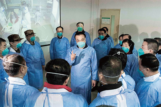 리커창 중국 총리가 신종 코로나와의 전투 최일선 현장인 우한의 진인탄 병원을 찾아 의료진을 격려하고 있다. [중국 신화망 캡처]