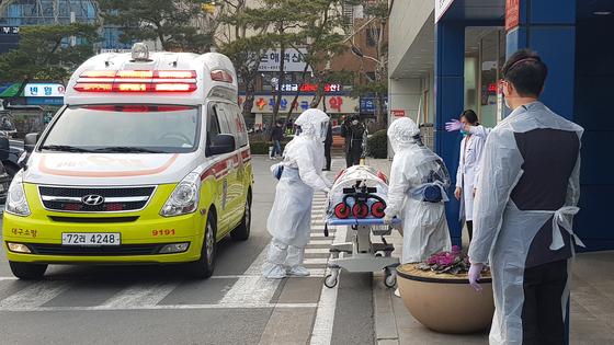 대구에서 신종코로나 감염증(코로나 19) 확진 판정을 받은 환자들이 19일 격리 치료를 받기 위해 경북대학교 병원으로 이송되고 있다. [뉴스1]