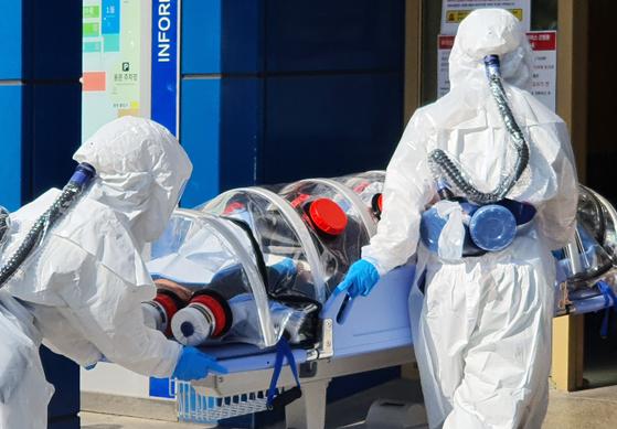 대구에서 신종 코로나바이러스 감염증(코로나19) 확진자가 다수 나온 지난 19일 오후 대구시 중구 경북대학교 병원에 긴급 이송된 코로나19 의심 환자가 도착하고 있다. [연합뉴스]