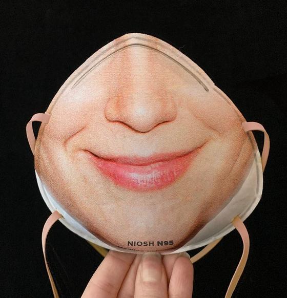 마스크로 가려지는 얼굴 부위가 표면에 인쇄된 마스크. 이 때문에 마스크를 쓰고 있어도 안면 인식이 가능해 스마트폰 잠금해제를 할 수 있다는 게 개발자의 설명이다. [사진 faceidmasks.com]