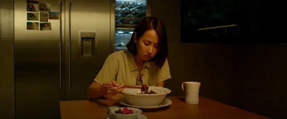영화 '기생충'에서 배우 조여정이 '짜파구리'를 먹는 장면.