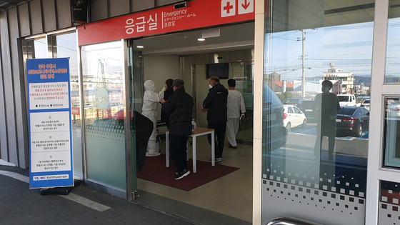 19일 신종 코로나 확진자 방문이 확인돼 응급실이 폐쇄된 영남대영천병원에서 질병관리본부 관계자들이 출입을 통제하고 있다. 진창일 기자