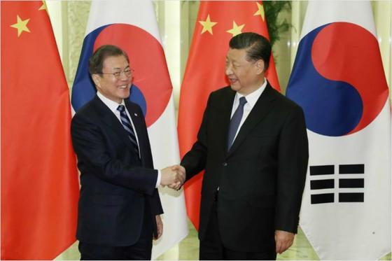 시진핑 중국 국가주석은 20일 오후 신종 코로나바이러스 사태와 관련해 문재인 대통령의 위로 전화를 받고 감사의 뜻을 표시했다. 사진은 지난해 12월 23일 베이징에서 만난 문 대통령과 시 주석. [연합뉴스]