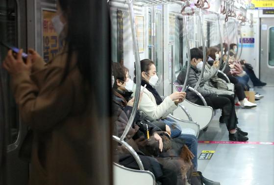 대구·경북에서 신종 코로나바이러스 감염증(코로나19) 확진 환자가 하룻밤 사이 또다시 무더기로 발생한 가운데 20일 오전 출근시간 대구지하철2호선은 이용객이 크게 줄어 한산한 모습이고 모든 승객이 마스크를 쓰고 있다. [뉴스1]