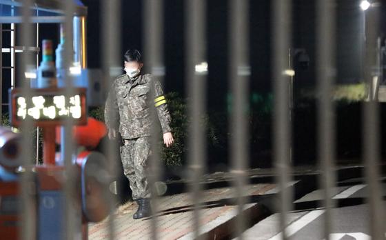 제주에서 처음으로 신종 코로나 바이러스 감염증(코로나19) 1차 양성자가 발생한 해군부대 안에서 한 군인이 걷고 있다. [뉴스1]