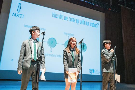 세인트존스베리아카데미 제주는 제주 영어교육도시 내에 있는 미국 국제학교로 아시아 최고 수준의 교육 프로그램을 진행하고 있다. 사진은 SJA Jeju 8학년 학생들의 캡스톤 데이 발표, 아래사진은 학교 전경과 고등부 화학 수업 모습. [사진 SJA Jeju]