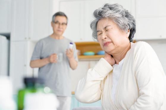건강은 40대에 꺾이기 시작해 50대부터 뚜렷하게 쇠퇴한다. 이를 노화로 여기지 말고 신경 써서 관리해야 한다. 건강기능식품을 섭취하는 것도 방법이다. [사진 pixta]