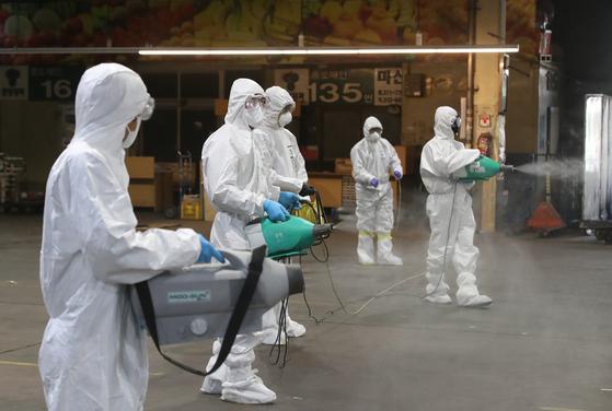 20일 오후 대구 북구 매천동 대구농수산물도매시장에서 질병관리본부와 전문 방역업체 관계자들이 방역을 하고 있다. [뉴스1]