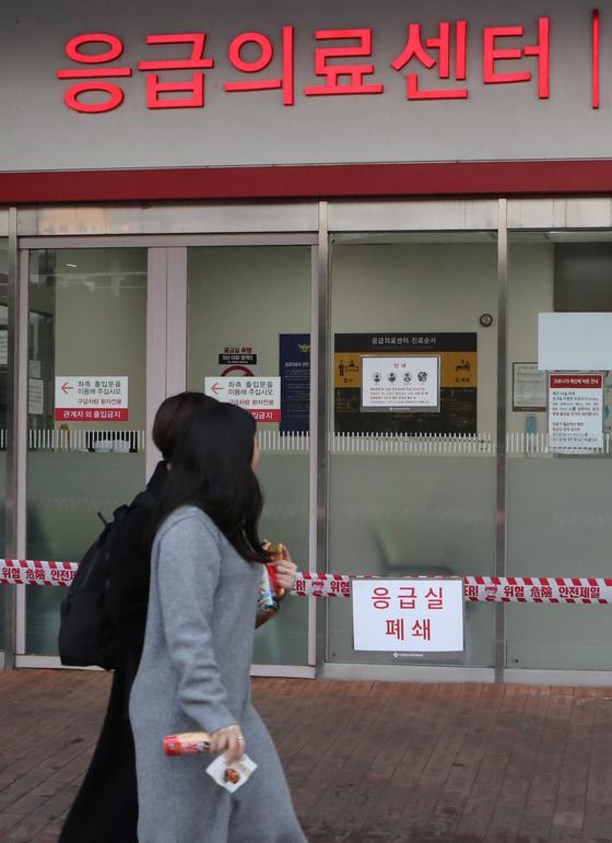 부산 해운대 백병원을 방문한 40대 여성에 대한 신종 코로나19에 대한 역학조사가 진행돼 응급실이 19일 오후 임시 폐쇄됐다. 송봉근 기자