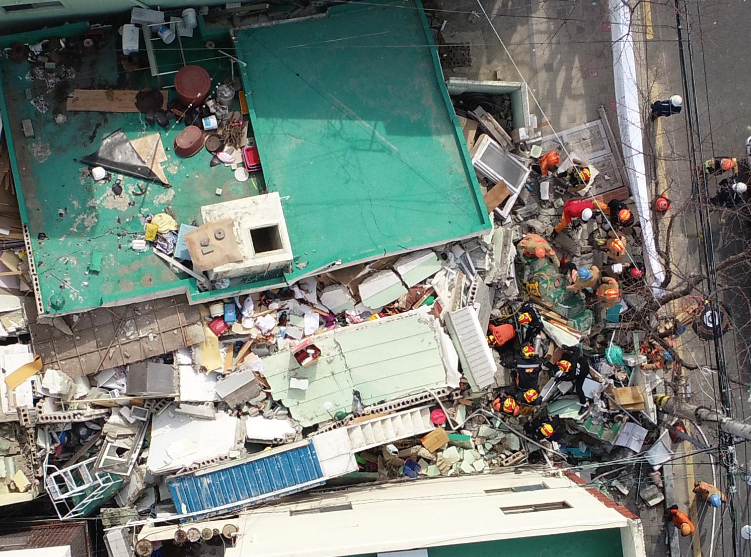 21일 부산 연제구 단독주택 붕괴로 작업자들이 매몰된 현장에서 소방대원들이 구조작업을 펼치고 있다. 오후 2시까지 매몰자 5명 중 3명이 구조됐고 1명은 숨진 채 발견됐다. [사진 부산소방재난본부]