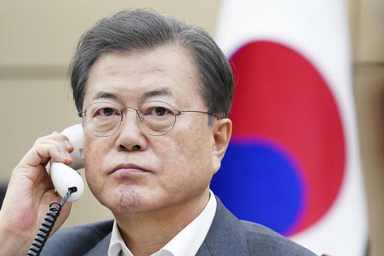 문재인 대통령이 20일 오후 청와대 여민관에서 시진핑 중국 국가주석과 전화 통화하고 있다. [청와대]