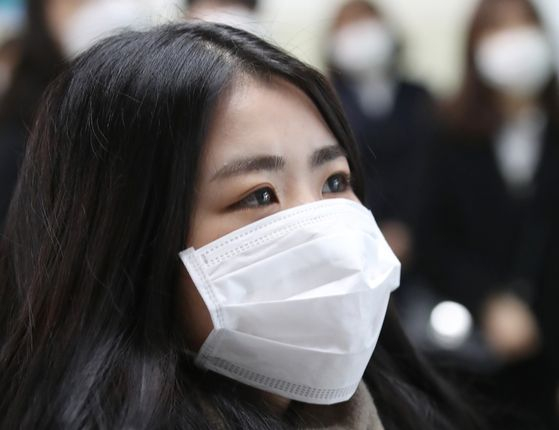 사망자가 나온 20일을 기점으로 코로나19 사태가 새 국면을 맞았다. 보건당국 뿐 아니라 시민 의 감염 예방 노력이 더욱 중요해졌다. 사진은 대구의 한 고 교 졸업식에서 마스크를 쓴 졸업생 모습. [뉴스1]