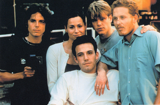 리즈 시절의 벤 애플렉(앉아 있는 인물). 영화 '굿 윌 헌팅'의 출연진들과 함께 찍은 사진이다. 절친인 맷 데이먼(뒷줄 왼쪽에서 세 번째)의 모습도 보인다. [중앙포토]