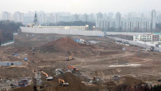 """문재인 대통령은 2020년 신년사에서 '부동산 투기와의 전쟁에서 결코 지지 않을 것""""이라고 밝혔다. 1월 8일 서울 강동구 둔촌주공아파트 단지에서 재건축 공사가 이뤄지고 있다. / 사진:뉴시스"""
