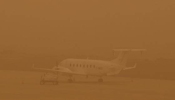 22일( 현지시간 ) 북아프리카에서 불어온 모래폭풍이 유명 휴양지인 스페인령 카나리아 제도의 그란카나리아 섬 라팔마 공항을 덮쳤다.[로이터=연합뉴스]