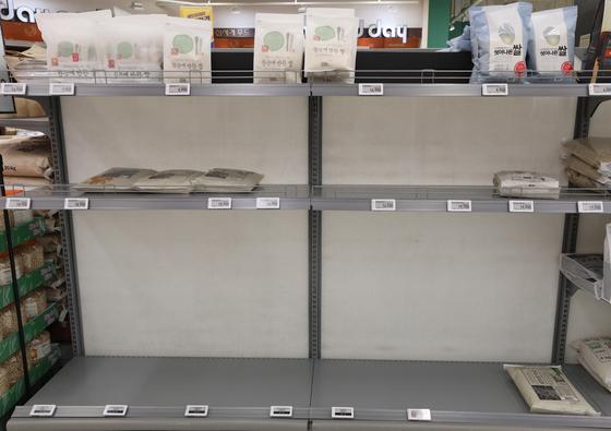 21일 대구의 한 마트에서 사재기로 쌀 매대가 텅 비어있다. [뉴스1]