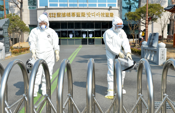 대전 서구보건소 방역 관계자들이 20일 신천지 대전교회 주변을 소독하고 있다.프리랜서 김성태
