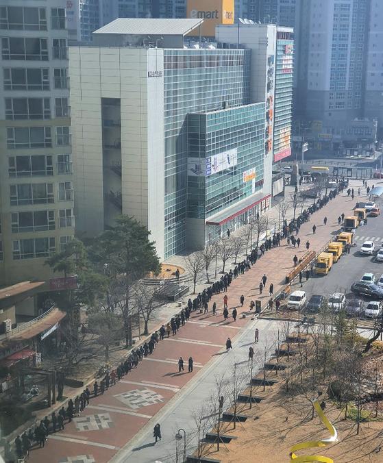 24일 오전 대구 북구 이마트 침산점 앞에서 시민들이 마스크를 사기 위해 줄지어 서 있다. [사진 독자제공]