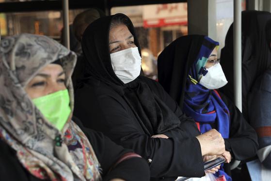 이란에서 신종 코로나가 확산하자 23일(현지시간) 이란인들이 버스 안에서도 마스크를 쓰고 있다. [AP=연합뉴스]
