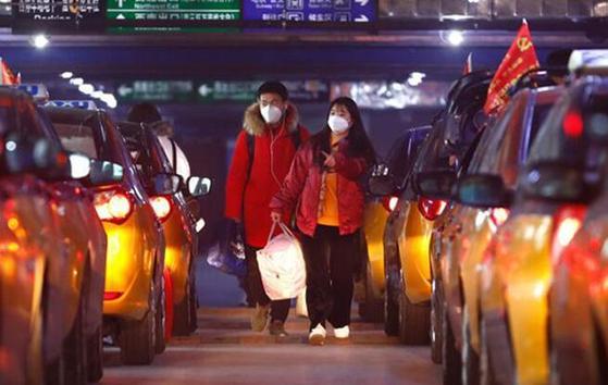 우한이 지난달 23일 외부 세계와의 교통을 통제하는 봉쇄 조치에 이어 2월 11일부터는 시의 모든 주택단지를 폐쇄 관리한다는 초강경 방침을 내놓았다. [중국 인민망 캡처]