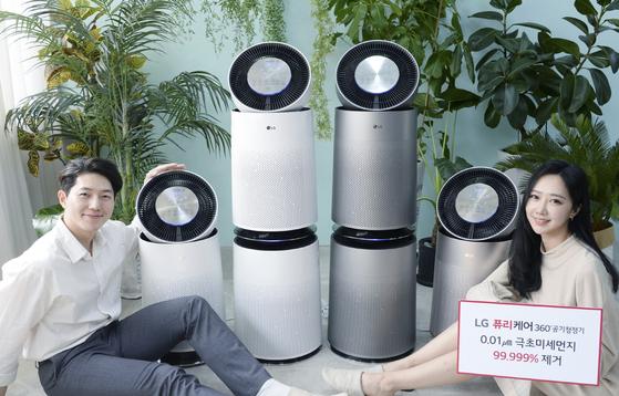 LG전자의 퓨리케어 360° 공기청정기가 국가공인시험검사기관인 한국건설생활환경시험연구원 시험에서 0.01㎛ 크기 극초미세먼지를 99.999% 제거한다는 결과가 나왔다고 24일 밝혔다. [사진 LG전자]