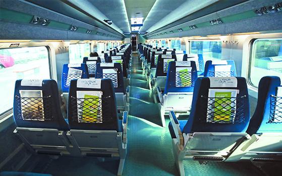 코로나 19 확산으로 교통 서비스 이용도 줄고 있다. 좌석이 빈 23일 오전 10시 13분 서울역 출발 부산행 KTX. [뉴시스]