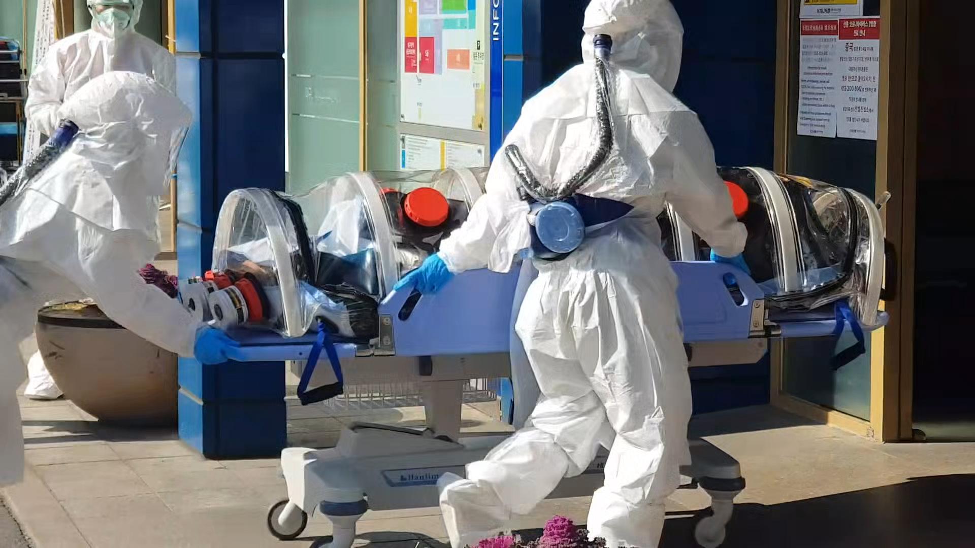 대구에서 신종코로나 감염증(코로나 19) 확진 판정을 받은 환자들이 19일 격리치료를 받기 위해 경북대학교 병원으로 이송되고 있다. [뉴스1]