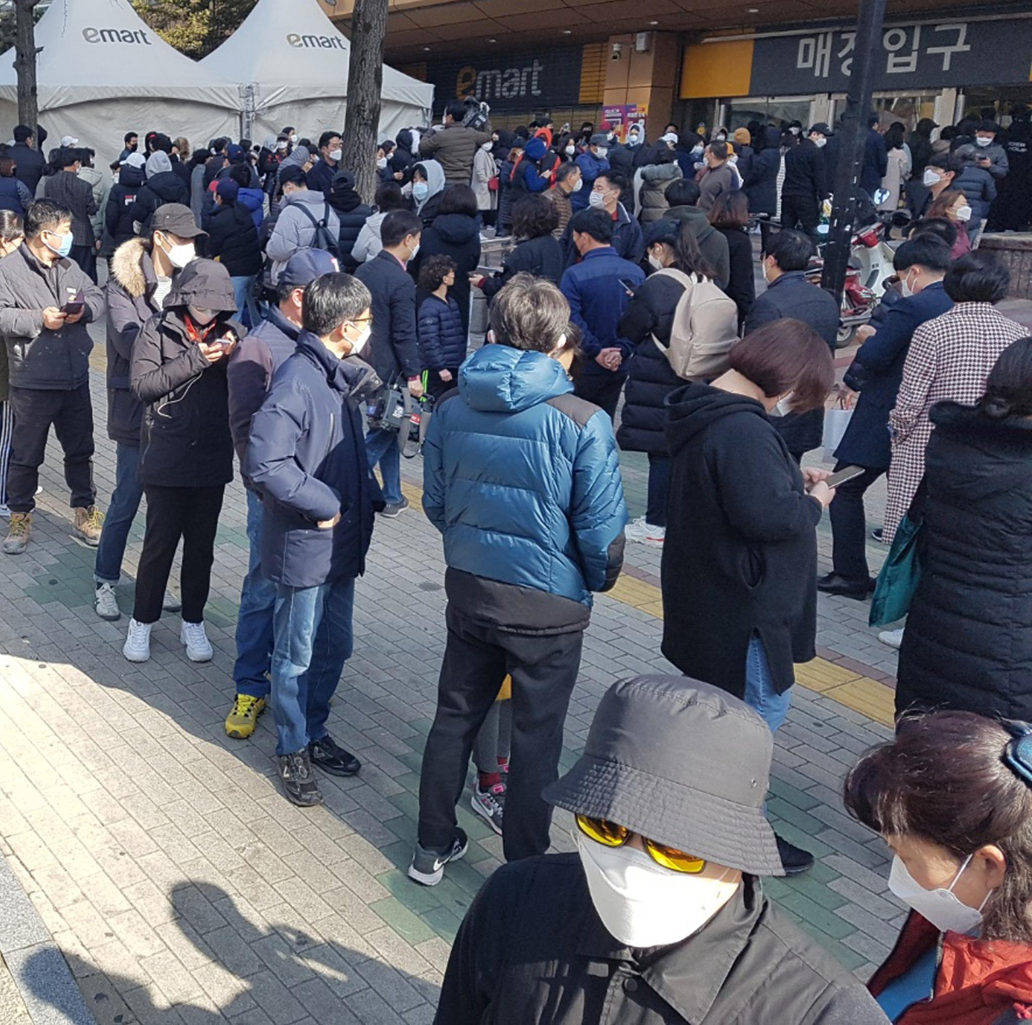 24일 오전 대구 수성구 이마트 만촌점에서 시민들이 마스크를 구입하기 위해 줄지어 서 있다. [연합뉴스]