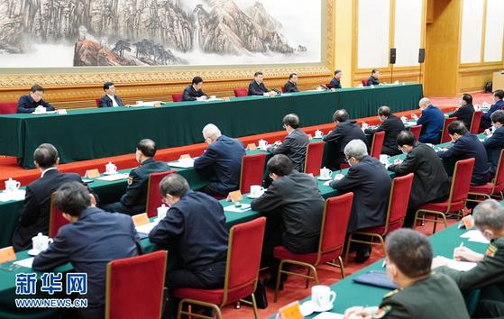 23일 베이징에서 열린 신종 코로나 방역 강화와 생산 활동 재개를 위한 회의엔 시진핑 중국 국가주석을 비롯해 정치국 상무위원 7명이 모두 참석했다. [중국 신화망 캡처]