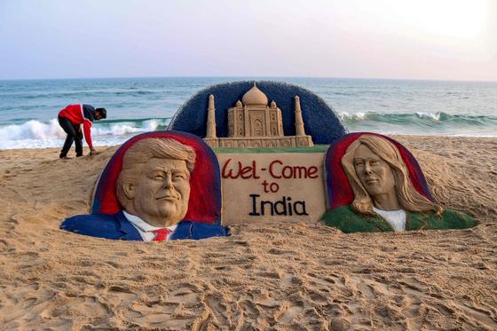 트럼프의 인도 방문을 앞둔 지난 23일 인도의 한 해변에 트럼프 대통령을 모래사장에 표현한 작품이 등장했다. [AFP=연합뉴스]