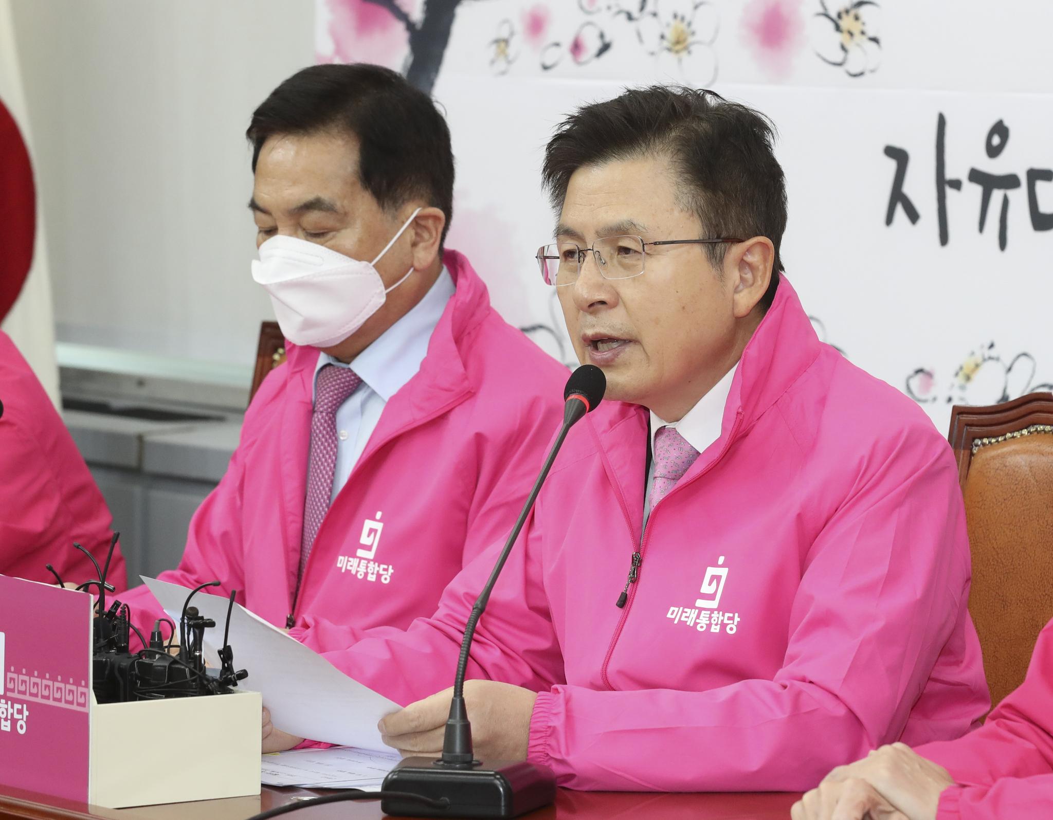 미래통합당 황교안 대표가 24일 국회에서 열린 최고위원회의에서 발언하고 있다. 왼쪽은 심재철 원내대표. 임현동 기자