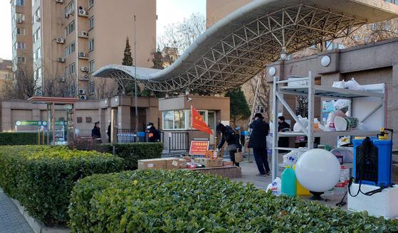중국은 한국에서 유입되는 신종 코로나 예방을 위해 여러 조치를 내놓고 있다. 사진은 베이징 한인 밀집지 왕징 아파트. [연합뉴스]