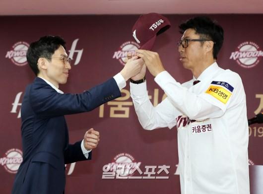 지난해 12월 손혁 신임 감독 취임식에 참석한 하송(왼쪽) 대표이사. IS 포토
