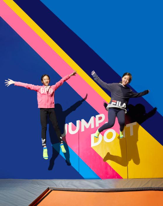 (왼쪽부터)송윤아·맹서후 학생기자가 트램펄린 위에서 있는 힘껏 위로 뛰어 올랐다. 평소 트램펄린 파크에 방문해 자유로운 점프 운동을 즐긴다는 이들은 트램펄린 운동용 다양한 자세는 이날 처음 배웠다.