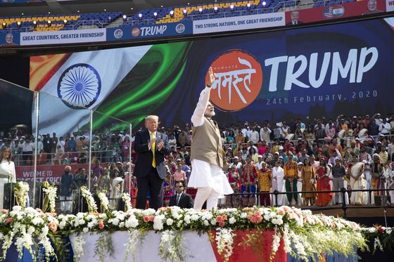 트럼프 대통령의 인도 방문 환영식에 10만명 이상의 인파가 몰렸다. [AP=연합뉴스]