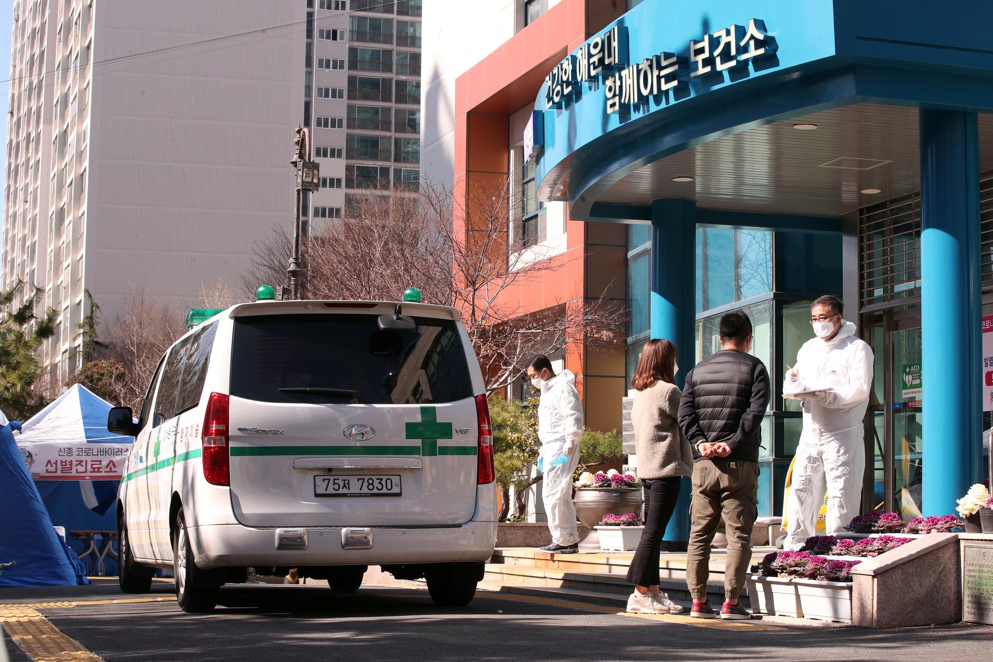 23일 부산 해운대구 보건소에 마련된 선별진료소를 찾은 시민들이 상담을 받고 있다. 이날 부산에서 신종 코로나 바이러스 감염증(코로나19)확진자가 무더기로 발생했다. [뉴스1]