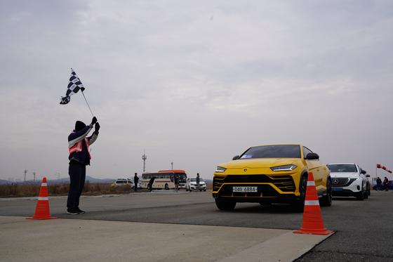 람보르기니 우루스가 실주행 시험에 앞서 출발을 기다리고 있다. 오토뷰=김선웅 기자