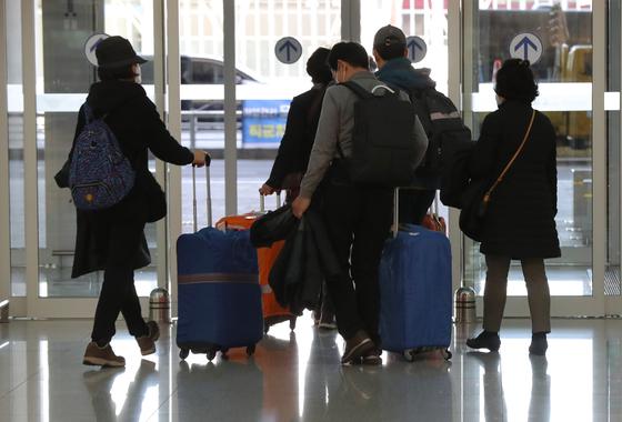 24일 현재 한국으로부터 자국을 방문하는 외국인의 입국을 금지하는 국가는 이스라엘·바레인·요르단·키리바시·사모아·미국령 사모아 등 6개국이다. 사진은 이스라엘로 가는 중에 입국 금지를 당한 한국인 여행객이 23일 오후 인천국제공항을 통해 귀국한 모습. [연합뉴스]