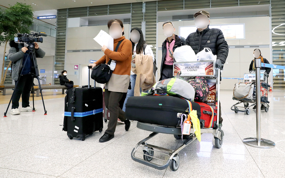 신종코로나바이러스감염증(코로나19)에 대한 우려로 이스라엘행 항공기에 탑승한 뒤 입국을 금지 당한 한국인 관광객들이 23일 오후 인천국제공항을 통해 귀국하고 있다. [뉴스1]