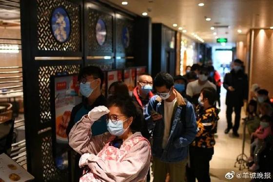 중국 광저우의 식당 타오타오쥐에 몰린 손님들이 장사진을 이루고 있다. [중국 양성만보망 캡처]