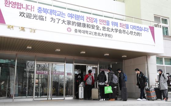 24일 오후 충북대학교에서 중국인 유학생들이 기숙사로 들어가기 위해 이동하고 있다. 2020.2.24/뉴스1