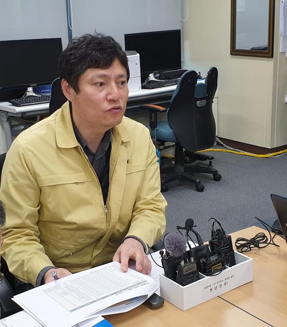 강영석 전북도 보건의료과장이 23일 전북도청 기자실에서 신종 코로나바이러스 감염증(코로나19) 관련 일일 브리핑을 하고 있다. 김준희 기자