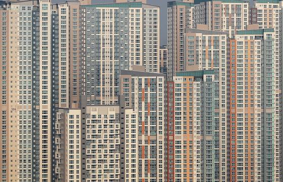 집값 과열이 확산하면서 이를 규제하기 위한 조정대상지역이 대폭 늘어났다. 사진은 지난 21일 조정대상지역으로 지정된 경기도 수원 일대 아파트.