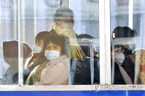 북한 평양 시민들이 지난 22일 마스크를 착용하고 무궤도전차에 탑승해 있다. AP=연합뉴스