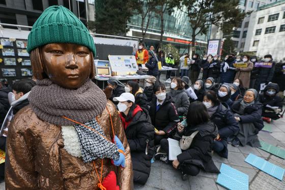 지난 19일 서울 종로구 옛 일본대사관 앞에서 제1427차 일본군 성노예제 문제해결을 위한 정기 수요집회가 열리고 있다. 뉴스1