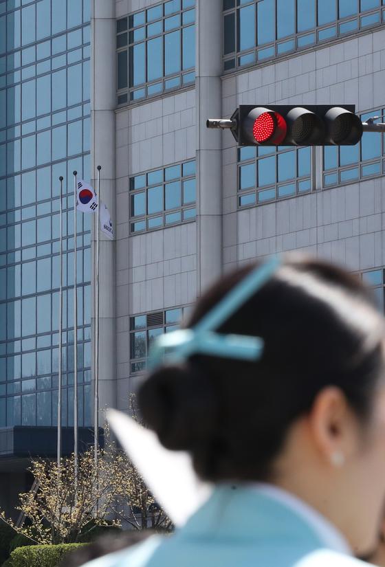 대한항공 객실 승무원이 코로나 19 확진 판정을 받았다. 한 승무원이 강서구 대한항공 본사 앞을 지나가는 모습. [중앙포토]