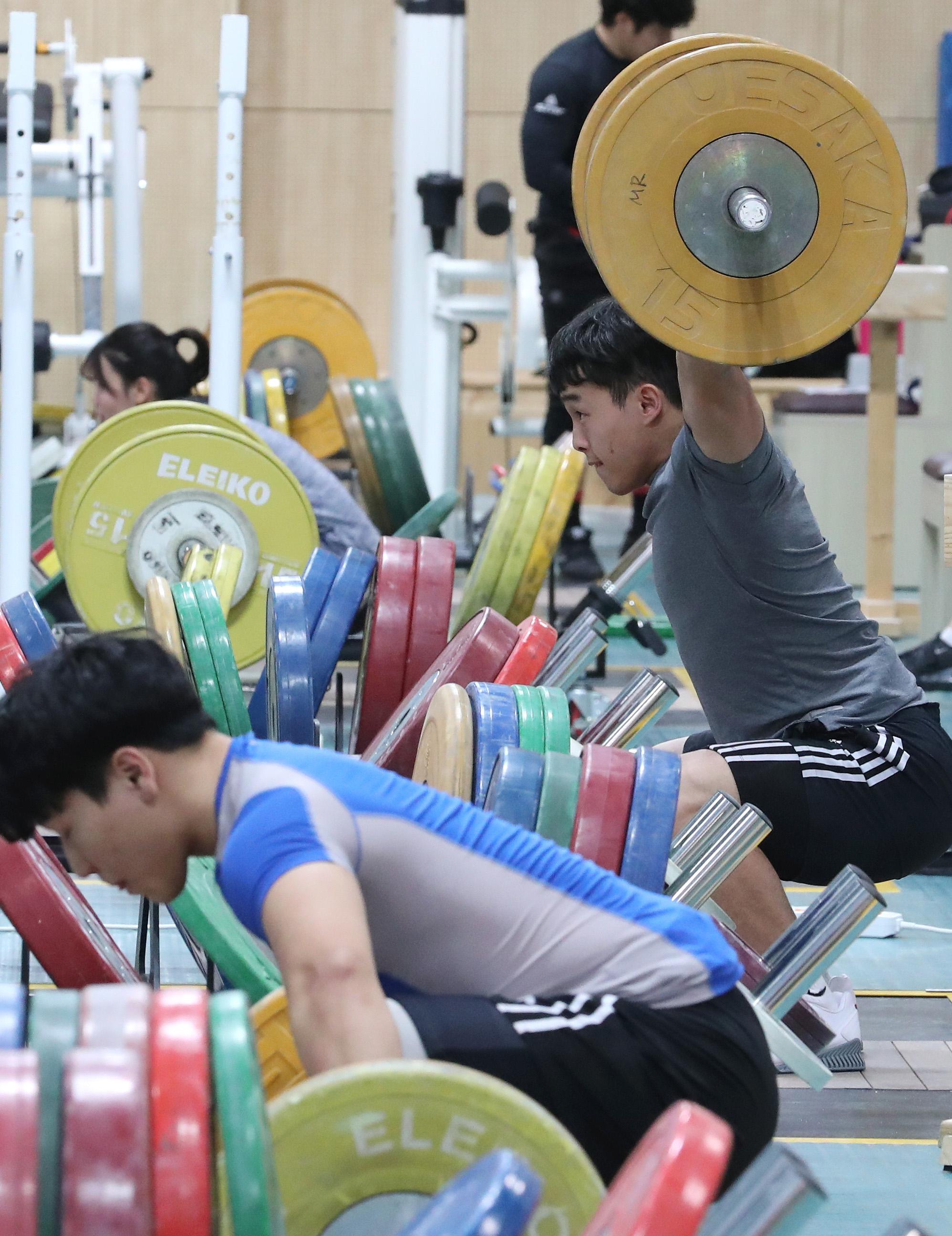 역도 국가대표팀이 지난 1월17일 충북 진천 국가대표선수촌에서 훈련하고 있다. [연합뉴스]