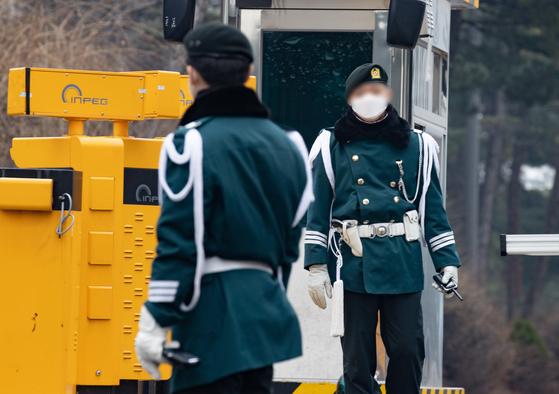 지난 21일 오후 서울 용산구 국방부에서 군사경찰 장병이 마스크를 쓴 채 경계근무를 서고 있다.[뉴스1]