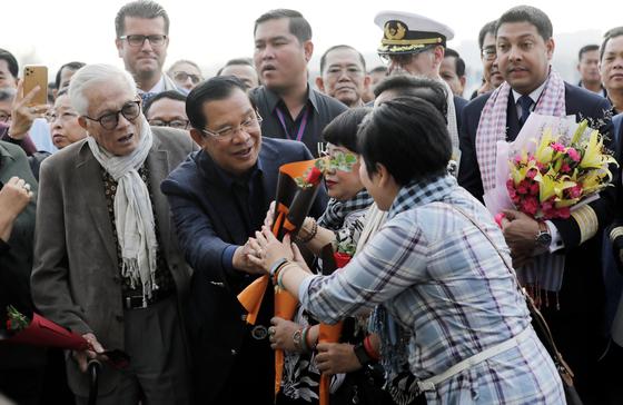 웨스테르담호의 승객을 환영하는 캄보디아 훈센 총리(왼쪽에서 두번째)의 모습. [EPA=연합뉴스]